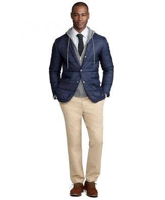 Как и с чем носить: темно-синий стеганый пиджак, серый худи, белая классическая рубашка в клетку, светло-коричневые брюки чинос