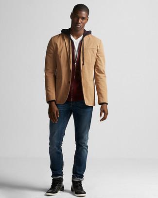Как и с чем носить: светло-коричневый хлопковый пиджак, темно-красный худи, белая футболка с v-образным вырезом, темно-синие джинсы