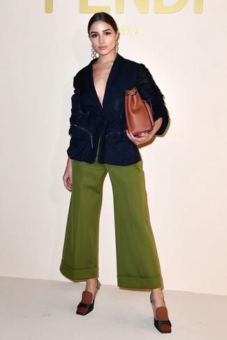 Как и с чем носить: темно-синий пиджак, оливковые широкие брюки, табачные туфли из плотной ткани, табачная кожаная большая сумка