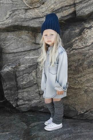 Как и с чем носить: серое платье, серая джинсовая классическая рубашка, белые кеды, темно-синяя шапка