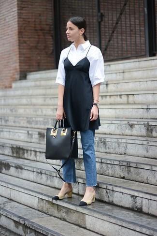 Как и с чем носить: черное шелковое платье-комбинация, белая рубашка с коротким рукавом, синие джинсы, черно-бежевые кожаные туфли