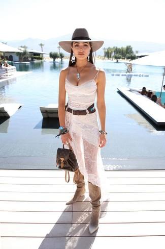 Как и с чем носить: белое кружевное платье-комбинация, бежевые замшевые сапоги, темно-коричневый кожаный рюкзак, серая шерстяная шляпа