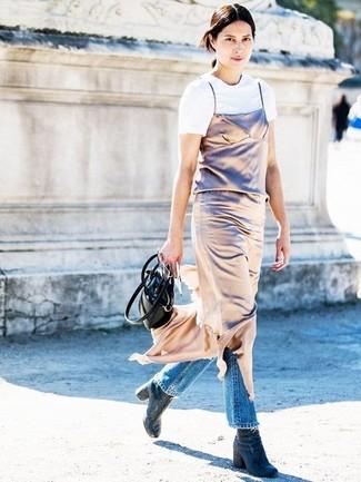 Как и с чем носить: золотое платье-комбинация, белая футболка с круглым вырезом, синие джинсы, темно-синие джинсовые ботильоны