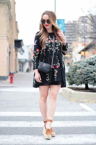 Как и с чем носить: черное платье-крестьянка с вышивкой, коричневые замшевые босоножки на танкетке, черная кожаная стеганая сумка через плечо, черные солнцезащитные очки