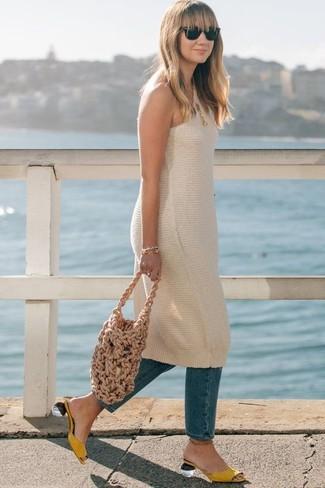Как и с чем носить: бежевое вязаное платье-майка, синие джинсы, желтые кожаные сабо, светло-коричневая большая сумка из плотной ткани