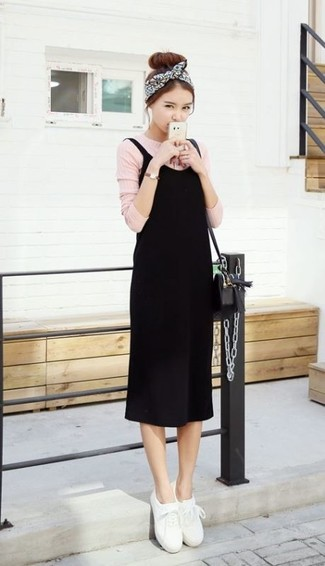 Как и с чем носить: черное платье-майка, розовая футболка с длинным рукавом, белые кожаные низкие кеды, черная кожаная сумка через плечо