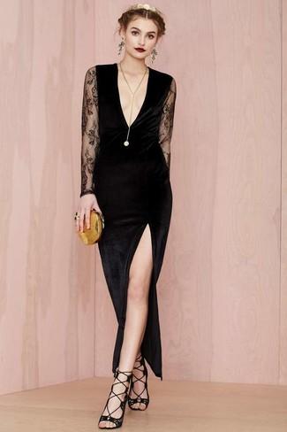 Модный лук: Черное бархатное платье-макси с разрезом, Черные замшевые босоножки на каблуке, Золотой клатч, Золотая подвеска