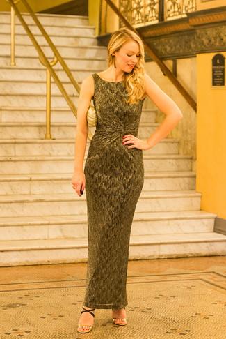 Золотой клатч: с чем носить и как сочетать: Золотое платье-макси и золотой клатч — отличное решение для леди, которые никогда не могут усидеть на месте. В паре с этим нарядом наиболее гармонично будут выглядеть черно-золотые кожаные босоножки на каблуке.