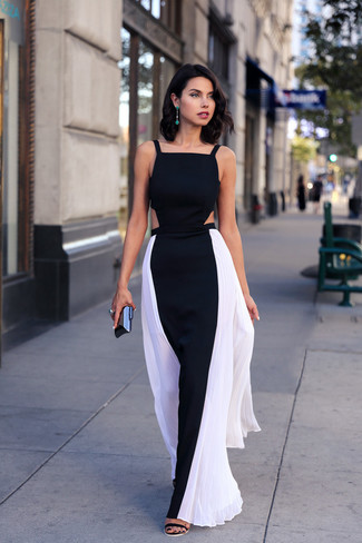 Как и с чем носить: черно-белое платье-макси, черные замшевые босоножки на каблуке, черный клатч, зеленые серьги