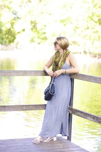 Как и с чем носить: серое платье-макси, серебряные кожаные босоножки на каблуке, черная кожаная сумка через плечо, оливковый шелковый шарф с принтом