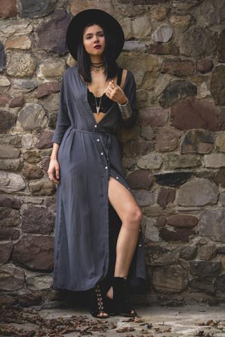 Как и с чем носить: темно-серое платье-макси, черные замшевые босоножки на каблуке, черная шерстяная шляпа, черное замшевое колье