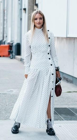 Как и с чем носить: белое платье-макси в горошек, черные кожаные ботинки на шнуровке, темно-красный кожаный клатч, черные кожаные часы