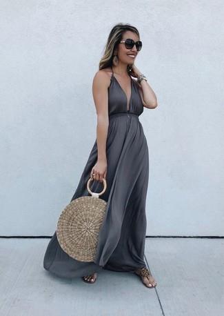 Светло-коричневая соломенная большая сумка: с чем носить и как сочетать: Темно-серое платье-макси и светло-коричневая соломенная большая сумка — идеальный выбор для активного выходного дня. Вкупе с этим ансамблем гармонично смотрятся светло-коричневые кожаные вьетнамки.