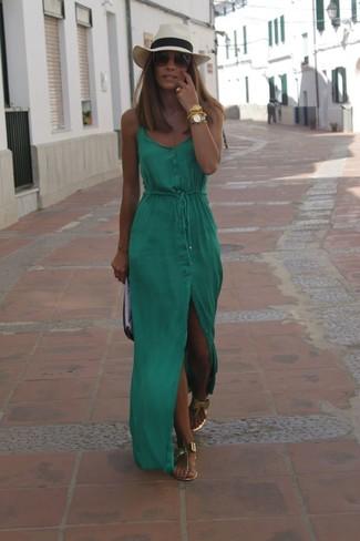 Как и с чем носить: зеленое платье-макси, золотые кожаные вьетнамки, черно-белый кожаный клатч, бежевая соломенная шляпа