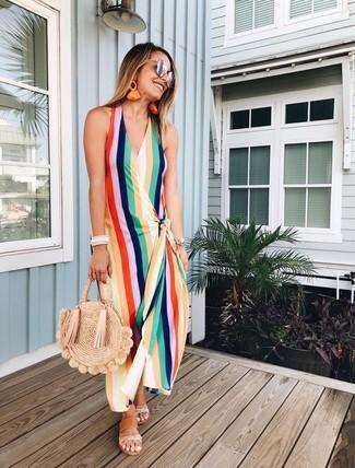 Как и с чем носить: разноцветное платье-макси в вертикальную полоску, светло-коричневые кожаные сандалии на плоской подошве, светло-коричневая соломенная большая сумка, серебряные солнцезащитные очки