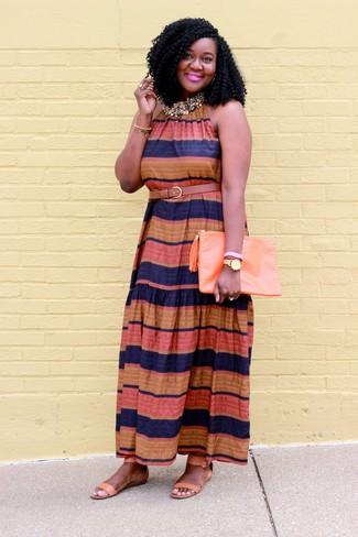 Как и с чем носить: разноцветное платье-макси в горизонтальную полоску, светло-коричневые кожаные сандалии на плоской подошве, оранжевый кожаный клатч, светло-коричневый кожаный ремень