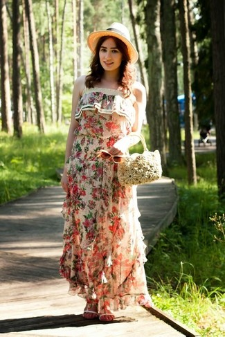 Как и с чем носить: бежевое платье-макси с цветочным принтом, белые кожаные сандалии на плоской подошве, бежевая соломенная сумочка, бежевая соломенная шляпа