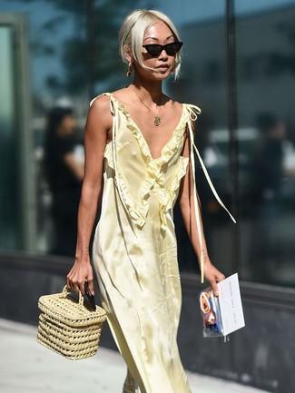Как и с чем носить: желтое сатиновое платье-макси, бежевая соломенная сумочка, черные солнцезащитные очки, золотая подвеска
