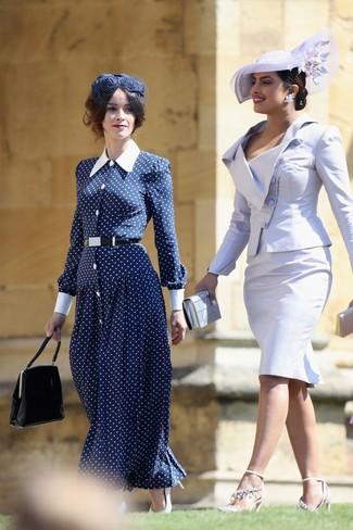 Как и с чем носить: темно-сине-белое платье-макси в горошек, белые кожаные туфли, черная кожаная сумочка, темно-синяя шляпа с украшением