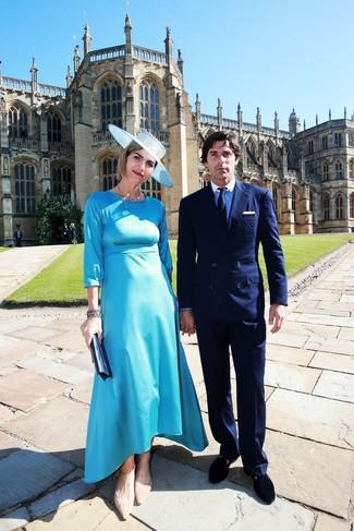 Как и с чем носить: бирюзовое сатиновое платье-миди, светло-коричневые замшевые балетки, темно-синий кожаный клатч, голубая шляпа