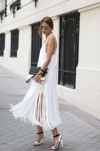 Как и с чем носить: белое платье-миди c бахромой, бело-черные кожаные босоножки на каблуке, черно-белый кожаный клатч, зеленые солнцезащитные очки
