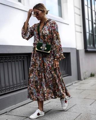 Как и с чем носить: разноцветное платье-миди с цветочным принтом, белые кожаные низкие кеды, темно-зеленая бархатная сумка через плечо, коричневые солнцезащитные очки