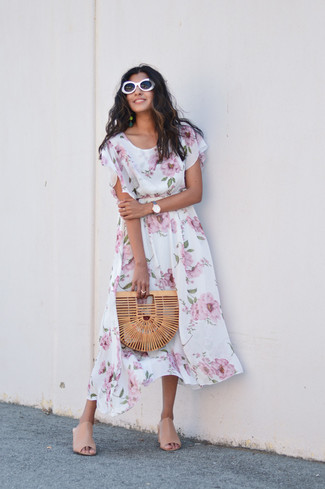 Как и с чем носить: белое платье-миди с цветочным принтом, бежевые кожаные сабо, светло-коричневый соломенный клатч, белые солнцезащитные очки