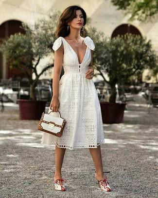 Как и с чем носить: белое платье-миди, белые кожаные сабо, белая кожаная сумка-саквояж, золотое колье