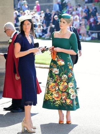 Как и с чем носить: темно-зеленое платье-миди с вышивкой, оранжевые замшевые туфли, оранжевый кожаный клатч, зеленая шляпа с украшением