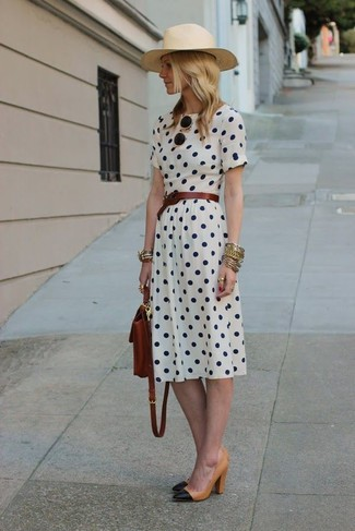 Как и с чем носить: белое платье-миди в горошек, черно-светла-коричневые кожаные туфли, темно-коричневый кожаный рюкзак, темно-коричневый кожаный ремень