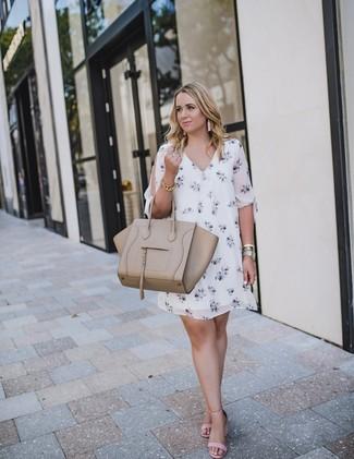 Как и с чем носить: белое платье прямого кроя с цветочным принтом, розовые кожаные босоножки на каблуке, бежевая кожаная большая сумка, золотой браслет