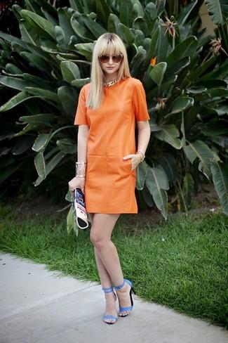 Как и с чем носить: оранжевое кожаное платье прямого кроя, синие кожаные босоножки на каблуке, синий кожаный клатч с принтом, оранжевые солнцезащитные очки