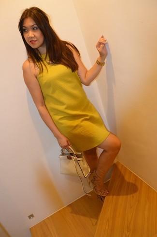 Светло-коричневая кожаная сумочка: с чем носить и как сочетать: Если ты ценишь комфорт и функциональность, горчичное платье прямого кроя и светло-коричневая кожаная сумочка — превосходный вариант для модного наряда на каждый день. Что касается обуви, можно дополнить образ бежевыми замшевыми босоножками на каблуке.