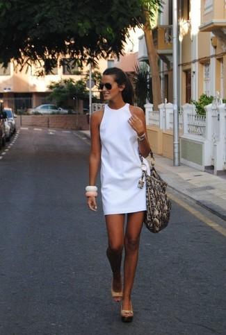 Как и с чем носить: белое платье прямого кроя, бежевые кожаные босоножки на танкетке, серая кожаная большая сумка со змеиным рисунком, черные солнцезащитные очки
