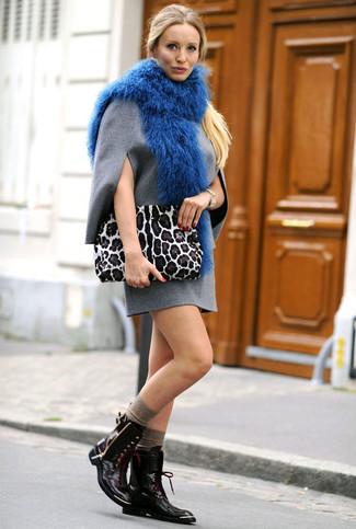 Как и с чем носить: серое шерстяное платье прямого кроя, черные кожаные ботинки на шнуровке, белый замшевый клатч с леопардовым принтом, синий меховой шарф