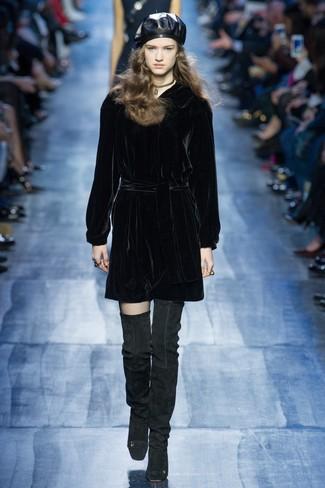 Как и с чем носить: черное бархатное платье прямого кроя, черные замшевые ботфорты, черный кожаный берет, золотое ожерелье-чокер