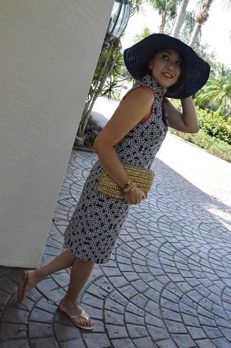 Как и с чем носить: темно-синее платье прямого кроя с принтом, золотые вьетнамки, светло-коричневый соломенный клатч, темно-синяя соломенная шляпа