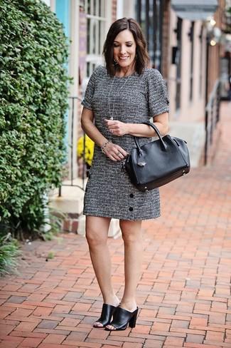 Как и с чем носить: серое твидовое платье прямого кроя, черные кожаные сабо, черная кожаная большая сумка, серебряный браслет