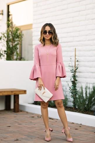 Как и с чем носить: розовое платье прямого кроя с рюшами, розовые замшевые туфли, белый кожаный стеганый клатч, черные солнцезащитные очки