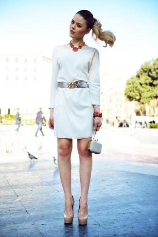 Как и с чем носить: белое платье прямого кроя, бежевые кожаные туфли, серый кожаный клатч с украшением, серебряный кожаный пояс