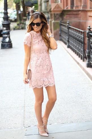 Как и с чем носить: розовое кружевное платье прямого кроя, бежевые кожаные туфли, розовая кожаная сумка через плечо, черные солнцезащитные очки