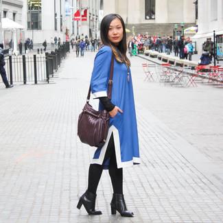 Темно-пурпурная кожаная сумка через плечо: с чем носить и как сочетать: Если ты любишь смотреться стильно и при этом чувствовать себя комфортно и уверенно, опробируй это сочетание синего платья прямого кроя и темно-пурпурной кожаной сумки через плечо. Весьма органично здесь смотрятся черные кожаные ботильоны.
