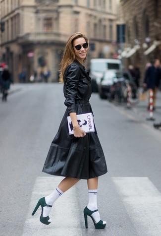 Как и с чем носить: черное кожаное платье-рубашка, темно-зеленые замшевые босоножки на каблуке, бело-черный клатч с принтом, белые носки