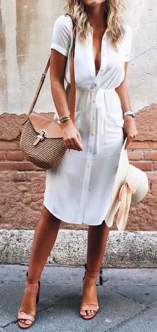 Как и с чем носить: белое платье-рубашка, светло-коричневые кожаные босоножки на каблуке, коричневая соломенная сумка через плечо, бежевая соломенная шляпа