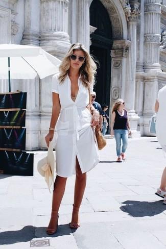 Как и с чем носить: белое платье-рубашка, светло-коричневые кожаные босоножки на каблуке, светло-коричневая соломенная сумка через плечо, бежевая соломенная шляпа