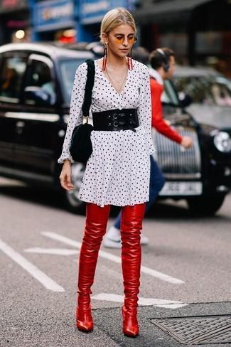 Как и с чем носить: бело-черное платье-рубашка в горошек, красные кожаные ботфорты, черная меховая сумка через плечо, черный пояс