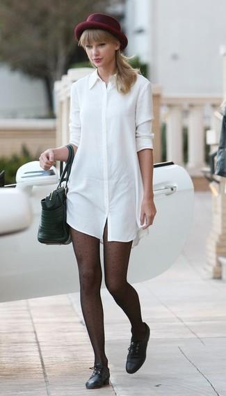 Как и с чем носить: белое платье-рубашка, черные кожаные оксфорды, черная кожаная большая сумка, темно-красная шерстяная шляпа