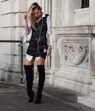 Как и с чем носить: белое платье-рубашка, черное платье-майка с пайетками, черные замшевые ботфорты, черная кожаная стеганая сумка через плечо