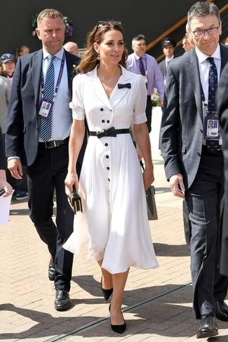 Как и с чем носить: белое платье-рубашка, черные замшевые туфли, светло-коричневый соломенный клатч, черный кожаный пояс