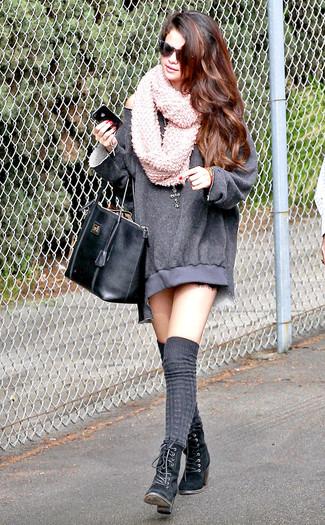 Как Selena Gomez носит Серое платье-свитер, Черные замшевые ботильоны на шнуровке, Серые носки до колена, Черная кожаная большая сумка